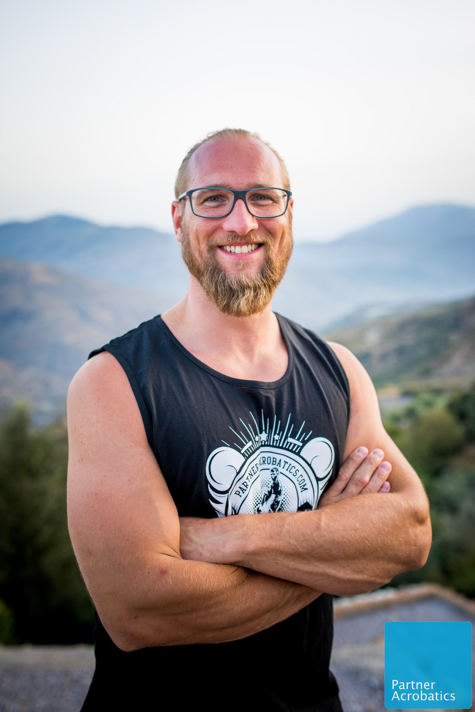 Basti ist PartnerAcrobatics teacher, Yogalehrer und hat dieses Jahr schon in den Niederlanden, Italien und Finnland AcroYoga workshops unterrichtet.