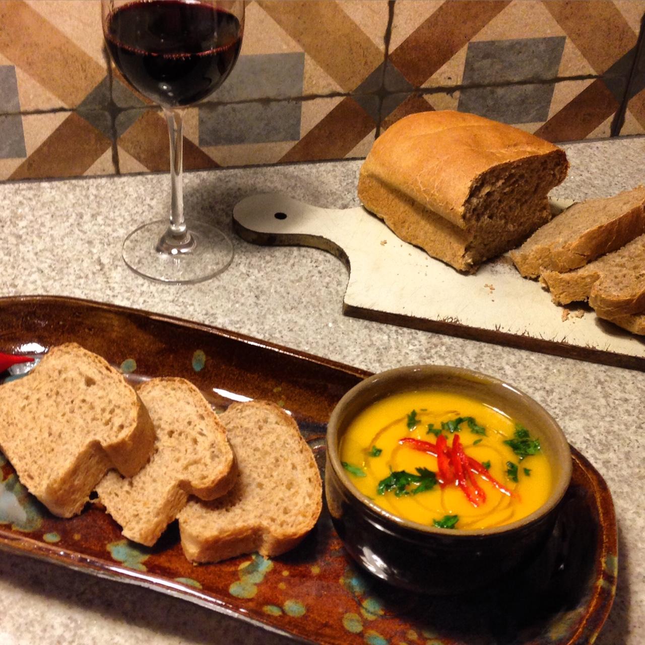Sopa de abóbora com pão integral feito em casa. Mas pão italiano comprado no supermercado também serve! Nada de se estressar.