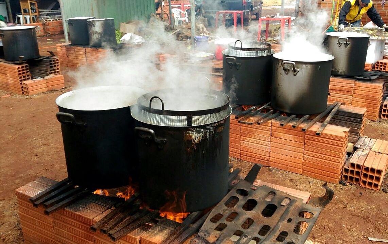 Vários fogões à lenha. Aquecendo os motores para as festas juninas.