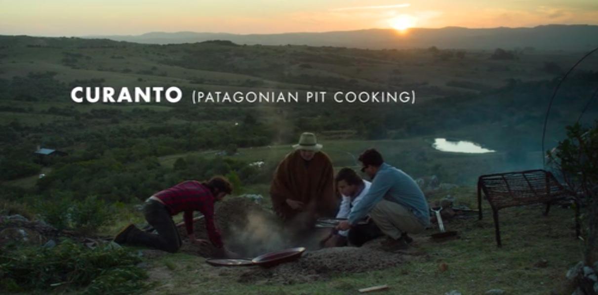 O chef e sua maestranza fazendo um curanto, cozido típico da patagônia que se faz ao envolver diversos legumes e carnes com um tecido, cobrindo com cinzas e terras.
