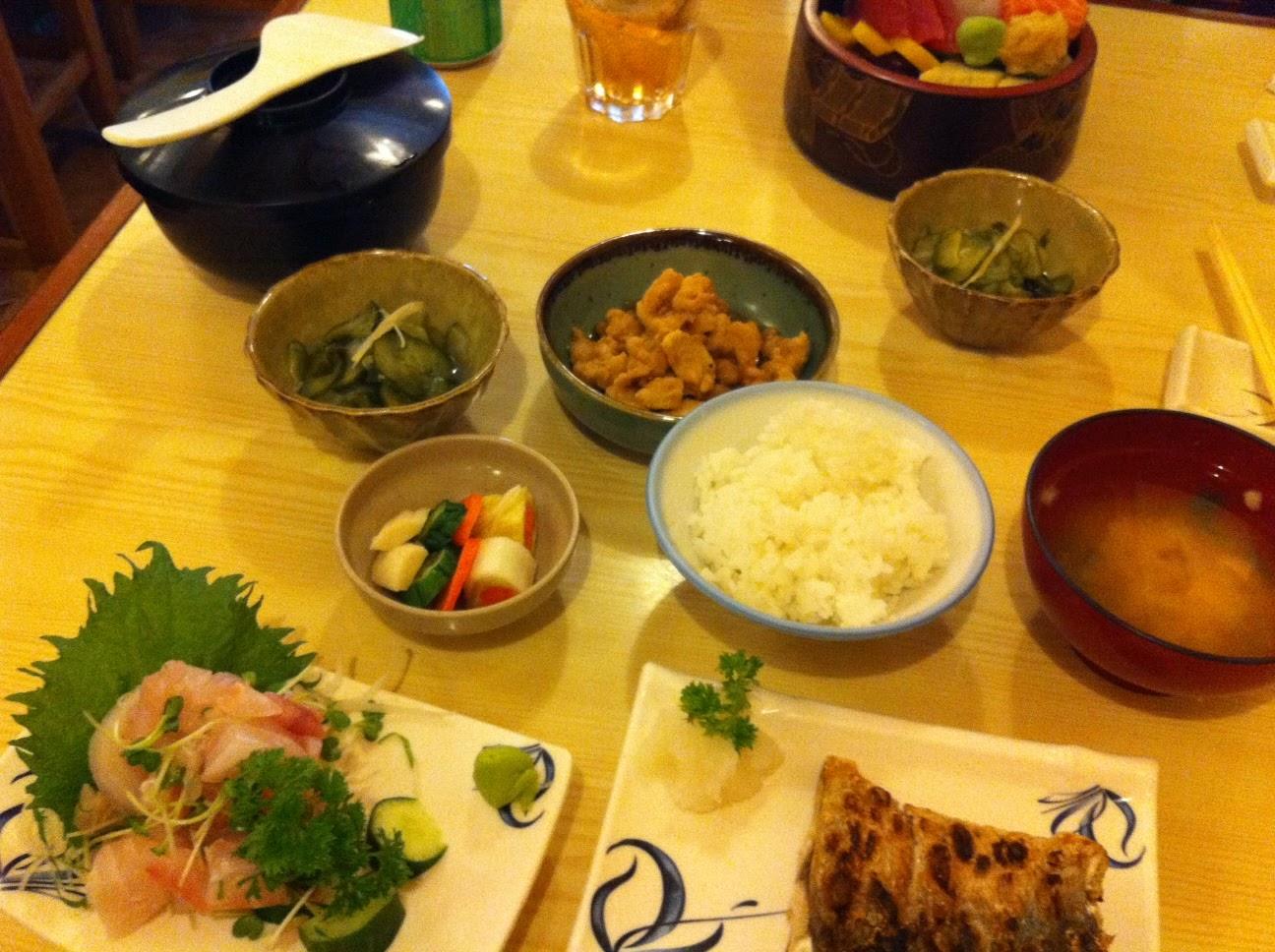 Foto super antiga de um teishoku de anchova e um chirashizushi. Maravilhoso!