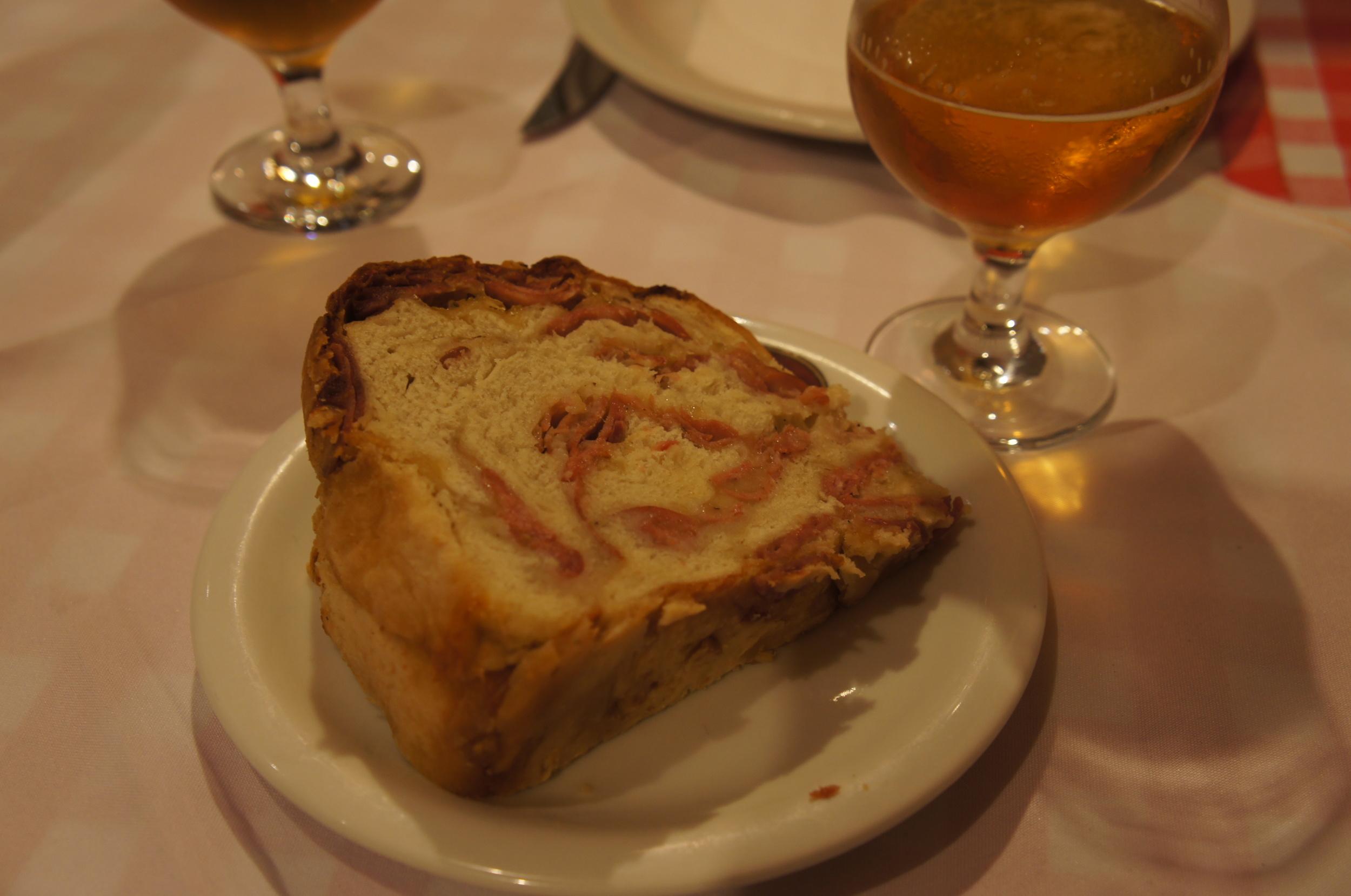 Pão de calabresa para partir em pedacinhos e comer acompanhado de uma cerveja.