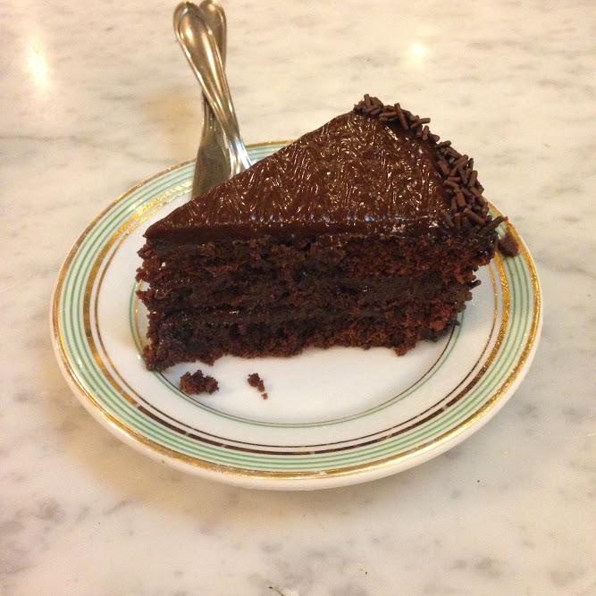 E esse bolo de chocolate, porque a gente nunca está para brincadeira.