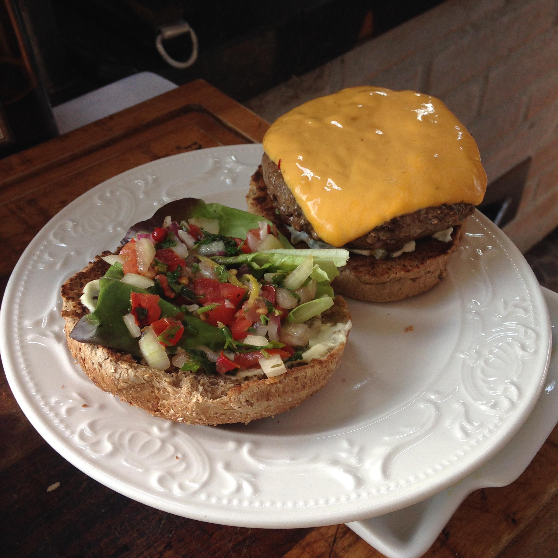 Hambúrguer feito pelo tio e montado pela tia.
