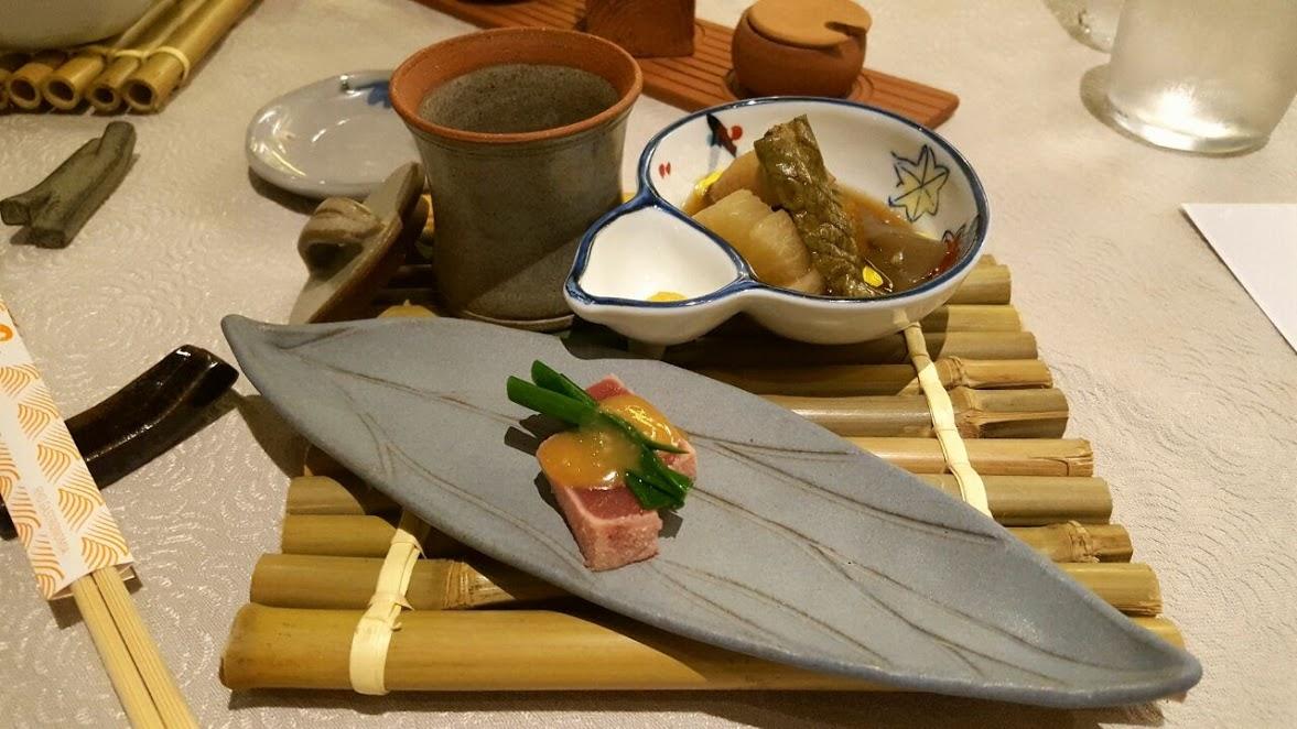 Etapa 1: Nimono / Maguro Nutta / Shirogai Hiyashijiru (Cozido de legumes da estação com caldo midashi; Atum escaldado ao molho de sumisso/ Sopa gelada de sanambi, cará ralado, alho-poró e nameko.)