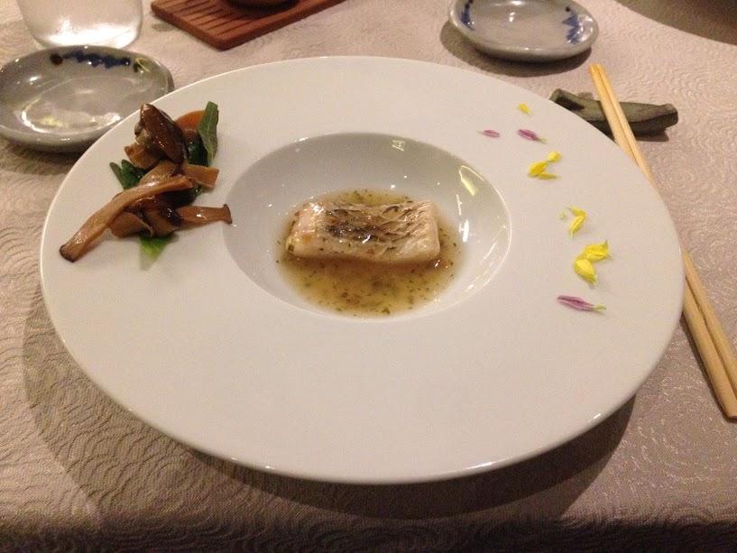 Etapa 2: Robalo com cogumelos (Cozido em baixa temperatura com molho ankake de umeshissô, cogumelos salteados e broto de bambu.)