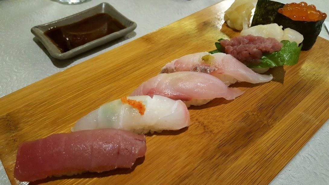 Etapa 5: As estrelas da noite, os sushis. (Atum, pargo, olhete, garoupa, toro shissô, vieira e ovas de salmão). O de garoupa estava incrível. Achamos que a adição de raspas de limão escondeu o sabor único da vieira... e até agora estou com vontade de comer o sushi de Uni, que acabou antes de chegar a nossa vez. Snif, snif.