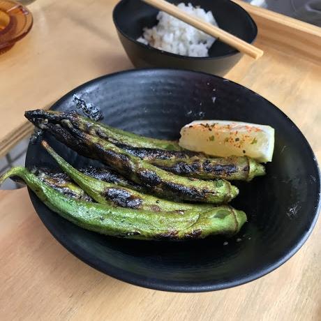 Quiabo com manteiga de missô. O quiabo é muito gostoso por si só, porém não notamos quase nada de missô. Lá no fundo, o indefectível potinho de gohan que nos seguiu por toda a refeição.