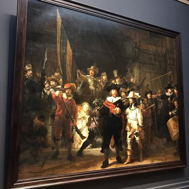 No meu primeiro dia de Amsterdã, fui no Rijksmuseum, o museu nacional holandês. Ele é um museu enorme - o maior da Holanda - e tem uma arquitetura linda e imponente. Como foi reformado recentemente, por dentro me lembrou um pouco o Musée d'Orsay, porque mescla super bem uma ambientação moderna com obras super antigas.  Ele tem um acervo enorme de pinturas, esculturas e objetos de diversos períodos, mas sempre trazendo pro ponto de vista da história da Holanda. Vi até algumas pinturas que se referem a invasão holandesa no Brasil, quando vieram atrás do açúcar. A obra mais importante hoje presente no museu é A Ronda Noturna, do Rembrandt. É um painel enorme, que emociona muito e cheio de significados, que são muito bem explicados pelo sistema do museu. Eles também tem uma biblioteca linda que é utilizada pelos locais.  Além de diversão, gosto de aprender nas viagens e os museus são a melhor combinação dos dois. Sempre que me pedem dicas, eu recomendo visitar museus em dias de semana quando é mais tranquilo (museu lotado pode ser muito irritante 🤦🏼♀️) e gastar um pouquinho a mais e alugar aqueles guias multimedia (rádios ou ipods) que vão explicando obra a obra. Mesmo que você conheça as obras, dá pra saber os detalhes e aproveitar a experiência conforme os historiadores imaginaram. O Rijksmuseum vale a visita, com toda a certeza. #mandolinablog #mandolinaviaja #mandolinatakesamsterdam #rijksmuseum #amsterdam #thenightwatch