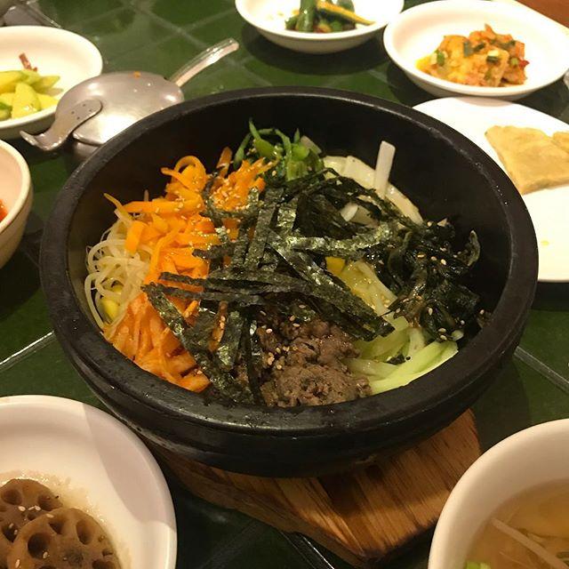 Almoço feliz de sábado: Dor Sot Bi Bim Bap 😊. Comida coreana é meu ponto fraco. Esse prato basicamente é um tacho de pedra com arroz embaixo, carne, abobrinha, cenoura, moyashi, espinafre e algas. Pra finalizar quebra-se um ovo em cima  e leva-se à mesa. Quem vai comer coloca umas duas colheradas bem grandes da pasta de pimenta e mistura bem. O tacho quente faz com o arroz fique com uma casquinha deliciosa por causa do ovo. Hummmm! Esse é do Seok Joung que fica no Bom Retiro, em São Paulo.  #mandolina #mandolinablog #koreanfood #comidacoreana #bomretiro #littleseoul