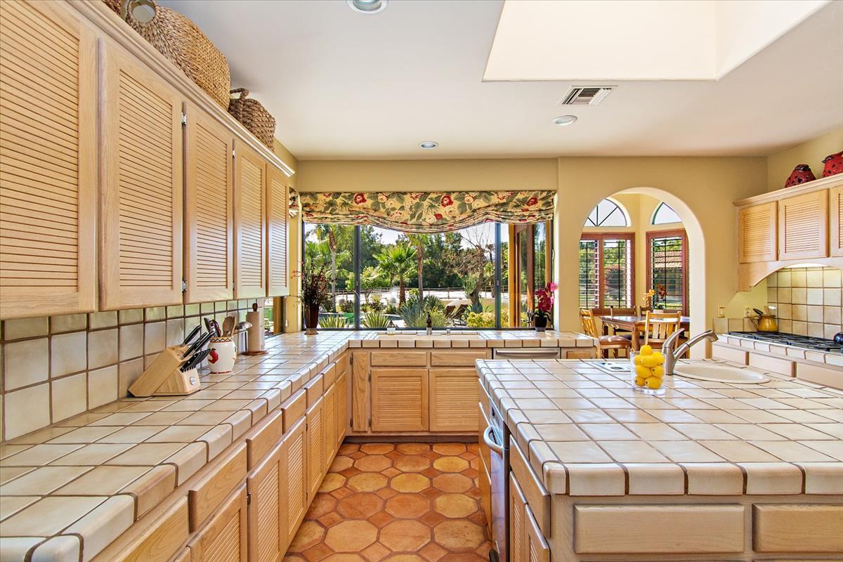 14-Kitchen(2).jpg
