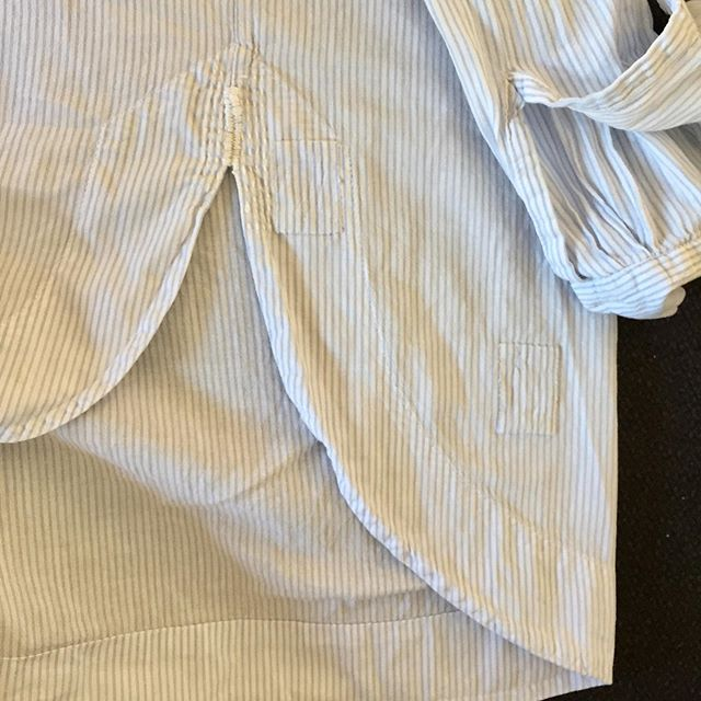 Second shirt repair: covering stains with patches. ✂️ I cut off the (never used and slightly annoying) bands on the inside of each sleeve meant for fastening the sleeves if you roll them up. Then cut those fabric scraps into tiny patches, turned the edges and sewed them on. Done!✔️ #mending #reparereklær #slowfashionlife #lappatochlagat #mendandpatch