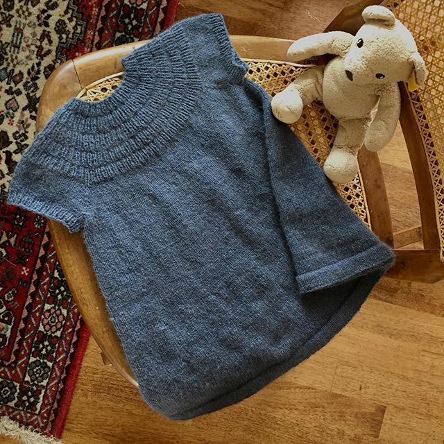 Short sleeved #ankersdress finished and ready. Teddy approves 🐻  #ankerskjole #petiteknits #zealanayarns #zealanayarnskauri #knittingforkids #strikktilbarn