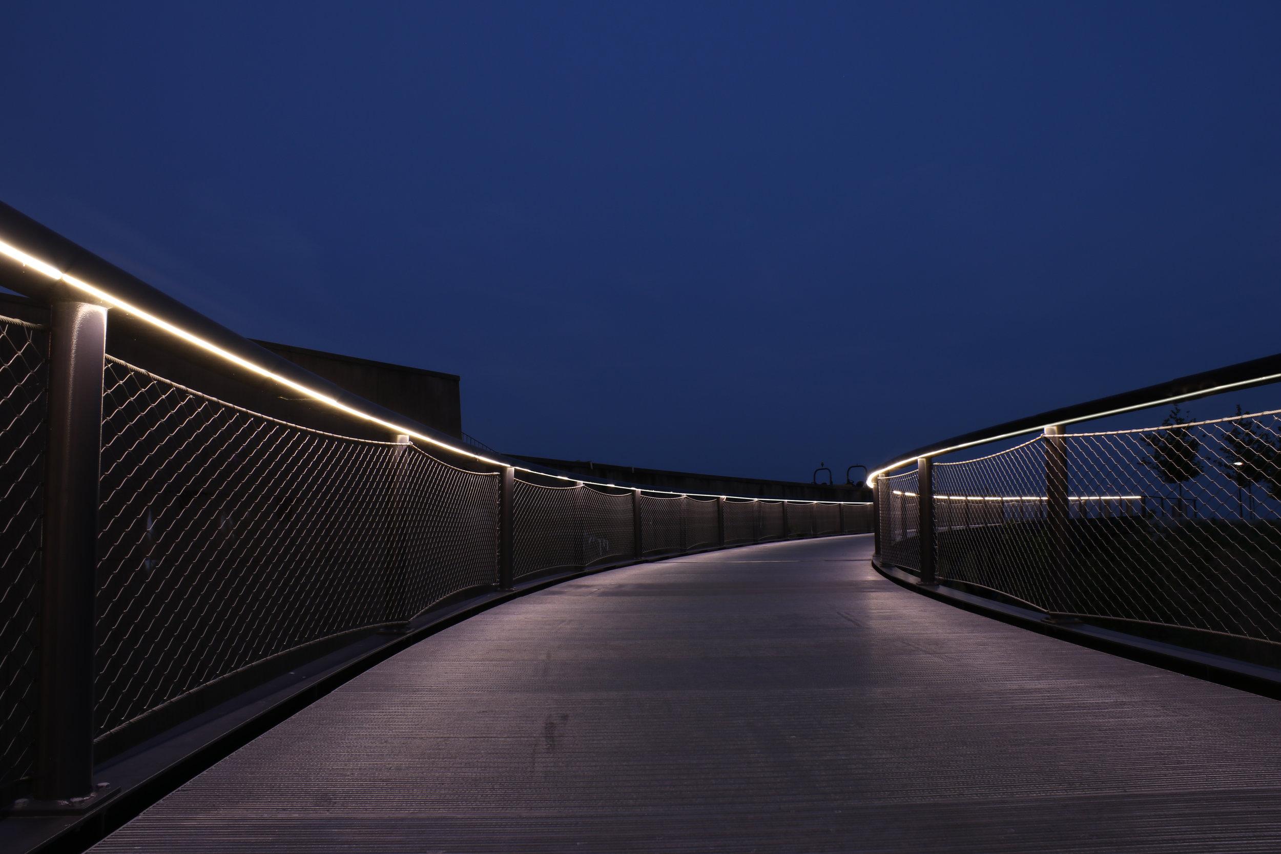 iLight-4-St-Louis-Arch-Park-plexineon-handrail-light-13-b.jpg