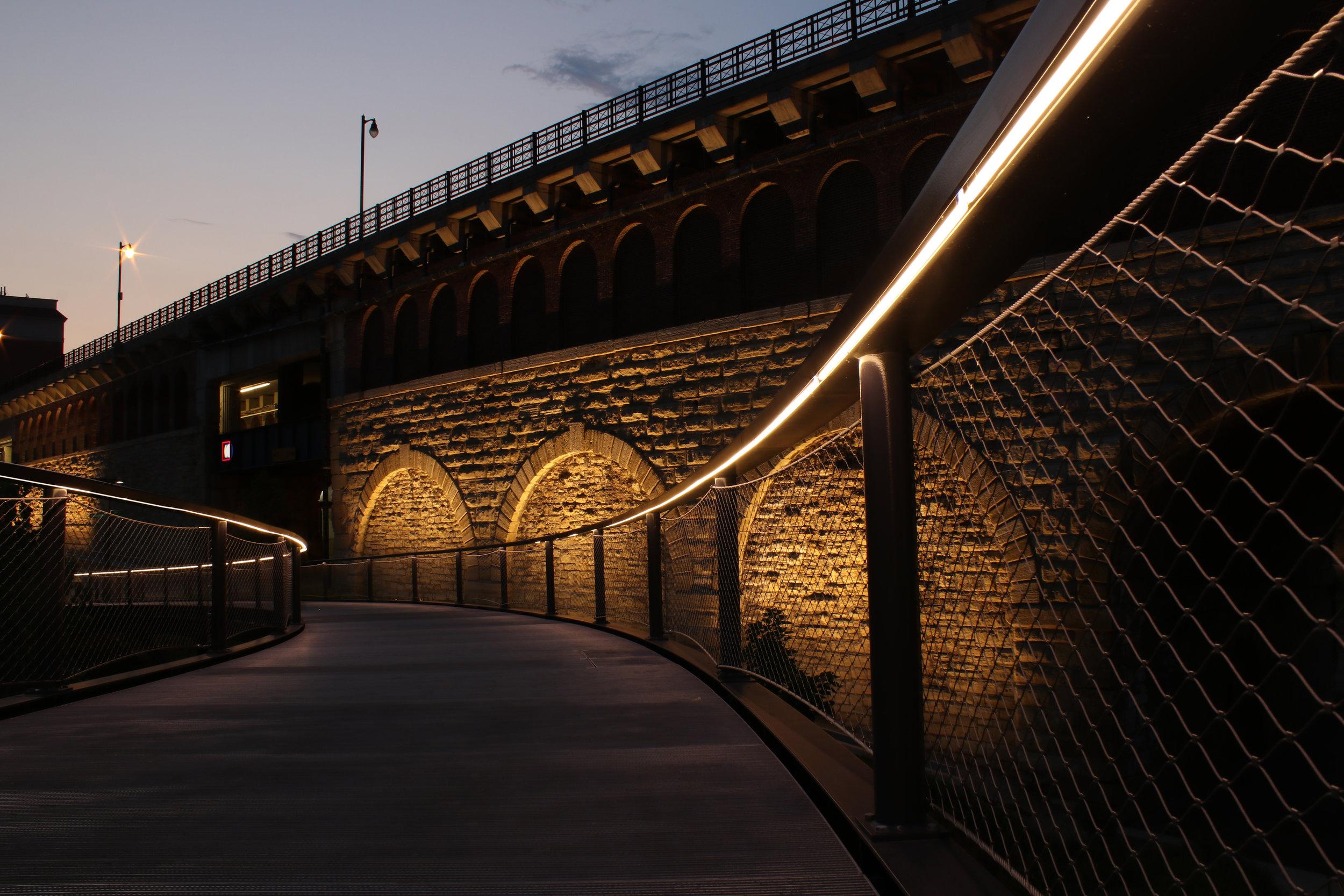 iLight-3-St-Louis-Gateway-Arch-linear-LED-handrail-09b.jpg