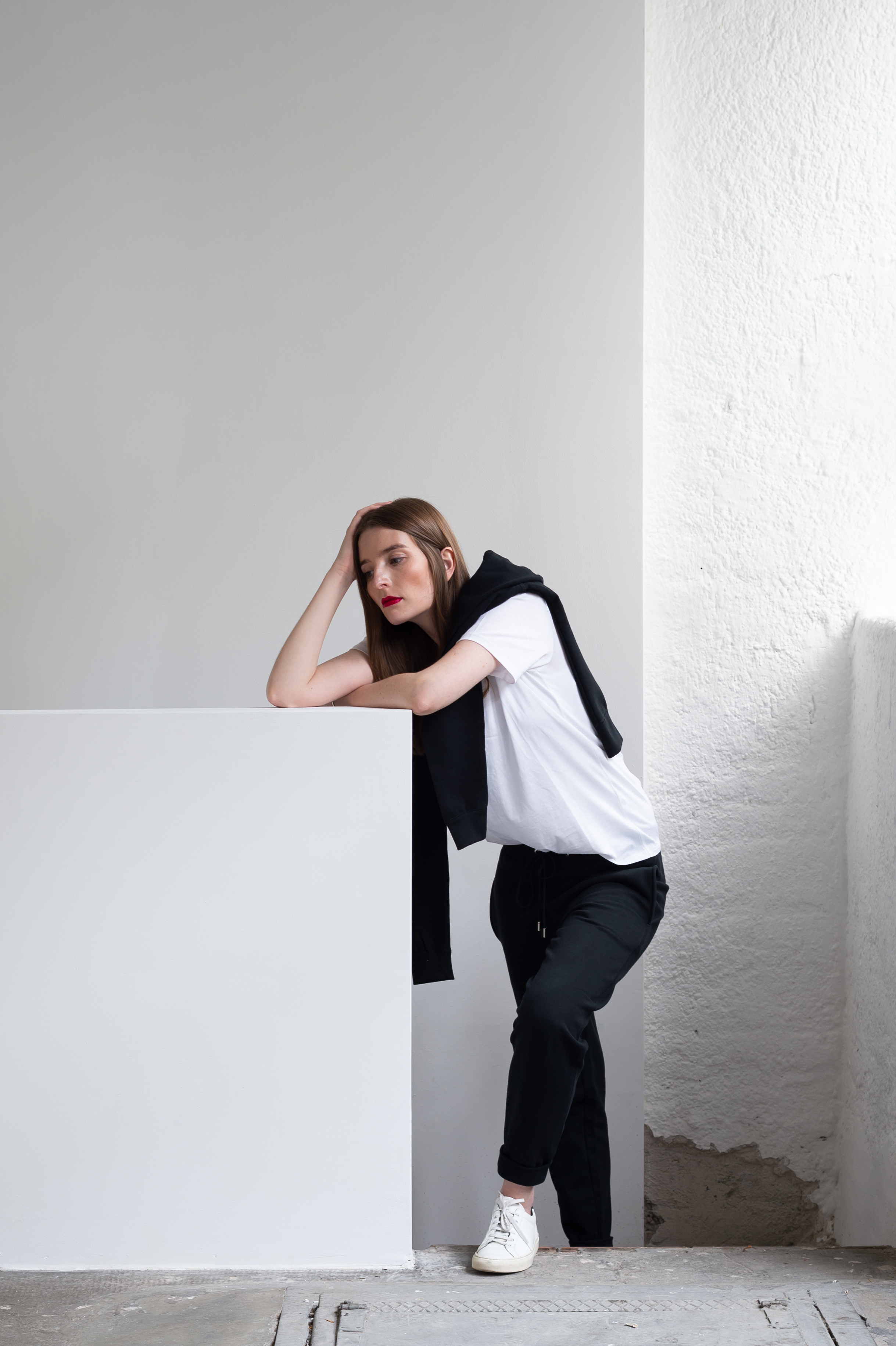 Britta_Reineke_Handvaerk_shirt_leaning_2a.jpg