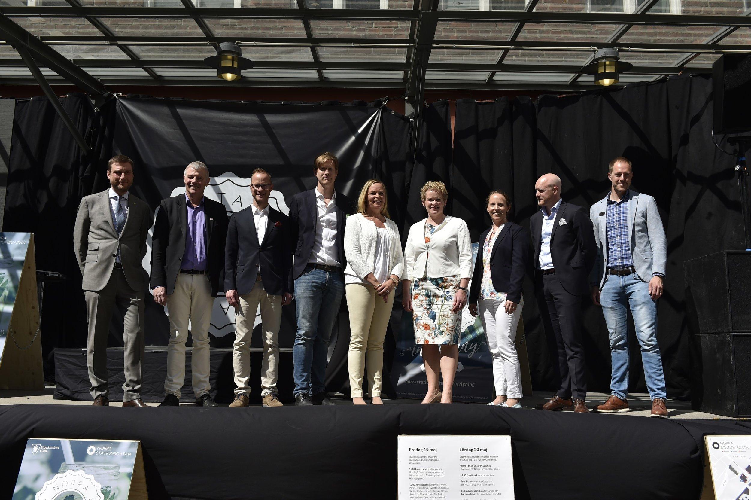 Representanter för byggherresamverkan på Norra Stationsgatan tillsammans med finansborgarråd Karin Wanngård (S).Foto: Mikael Sjöberg