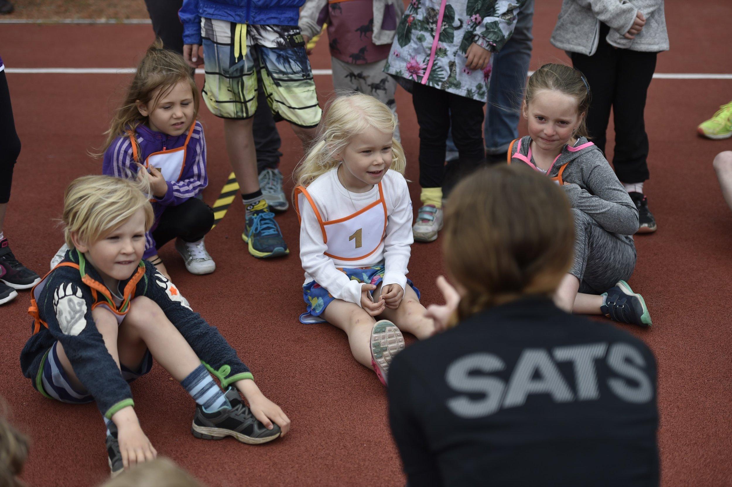 Barnen får genomgång med Marie från SATS Torsplan. Foto: Mikael Sjöberg