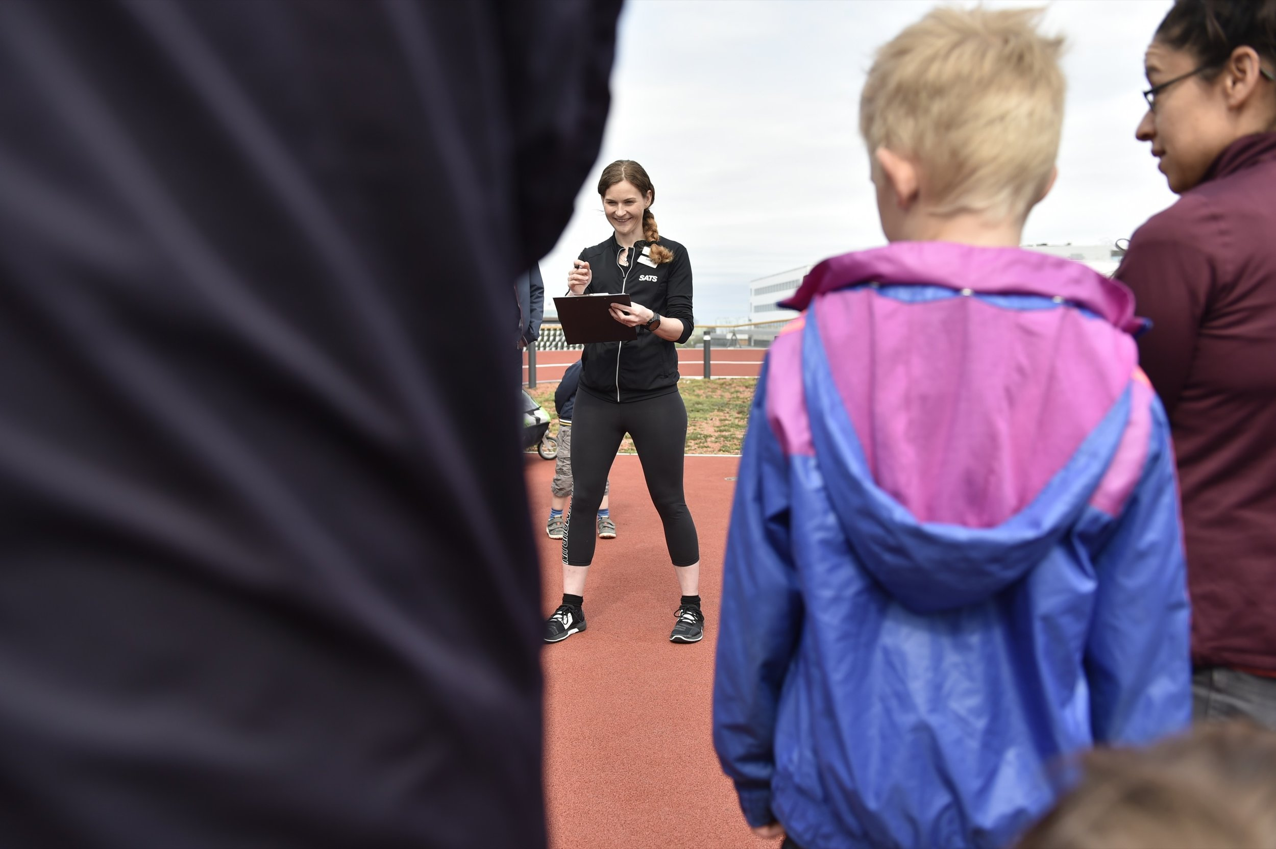 Marie på SATS bockar av deltagare. Foto: Mikael Sjöberg