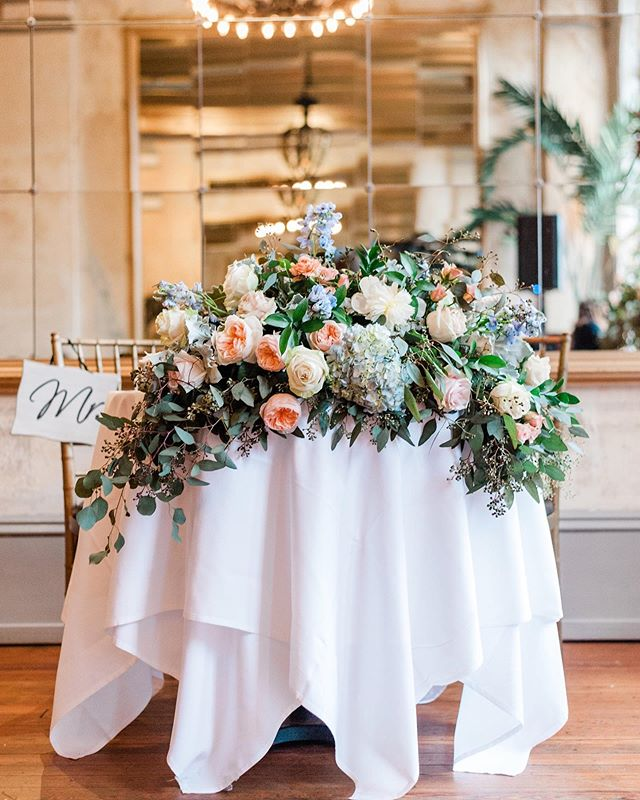 Have you ever seen a sweeter Sweetheart Table?? 😍 ⠀⠀⠀⠀⠀⠀⠀⠀⠀ Florals: @ivoryandbeau | @savannahflorist  Day-of Coordination: Cindy at @allaboutyouentertainment Venue: @garibaldiscafe