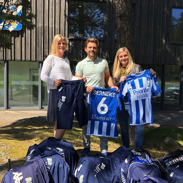 Clothes from IFK Göteborg are passed on to youth in South Africa! ⚽️🇸🇪🌍🇿🇦 Thank you @serneke_group and @ifkgoteborg for this beautiful partnership! This is what we call #TrueChange!  Stay tuned to see the impact of this act, we will keep you posted on the journey! ⚽️💙
