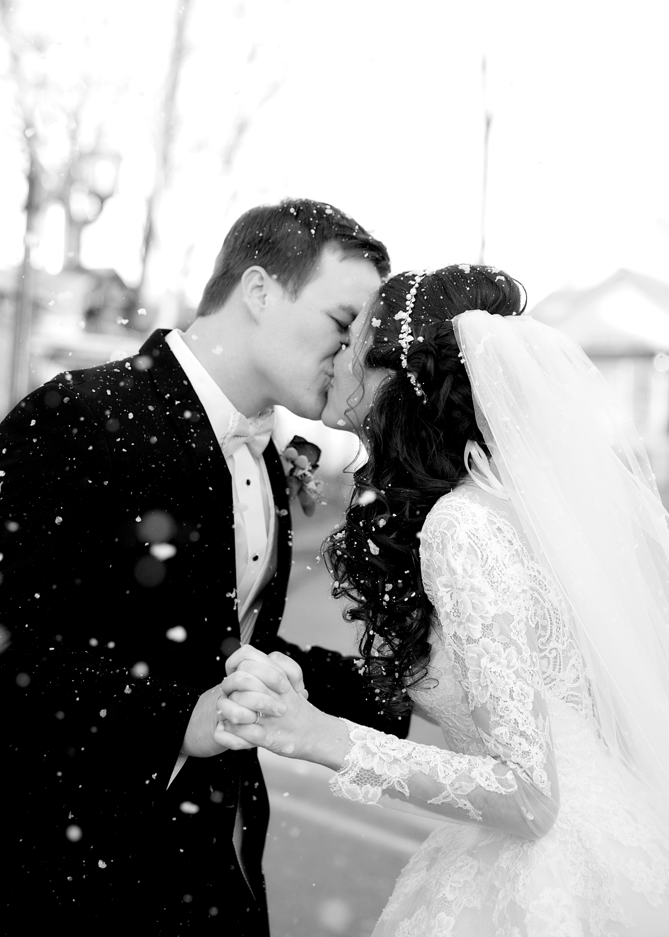 24-kissing-in-snow.jpg