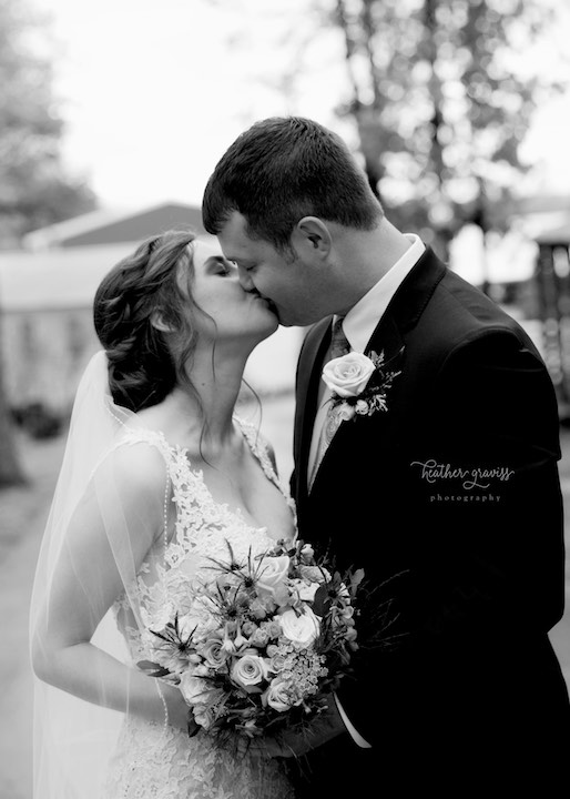 32a-black-and-white-kiss.jpg