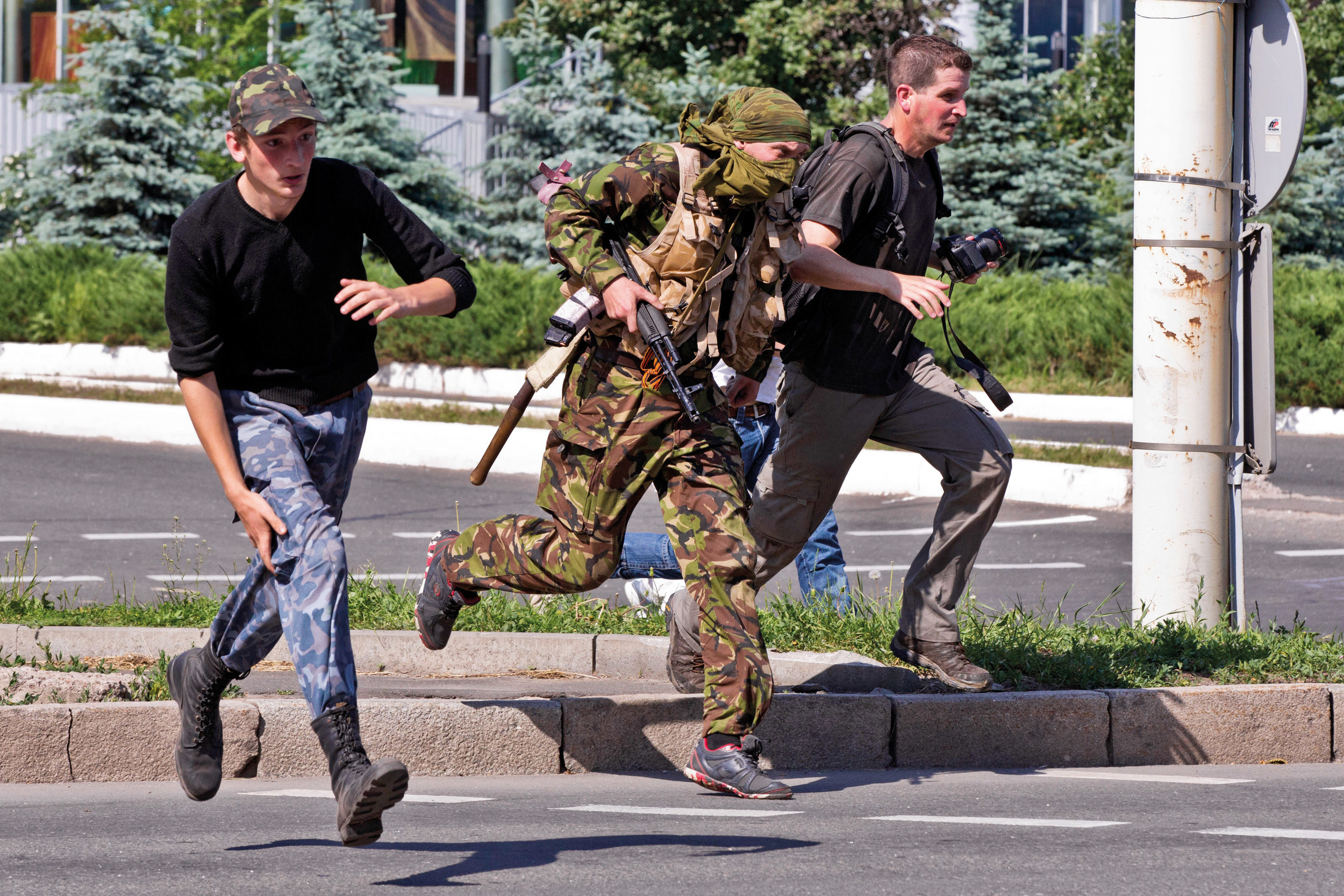 Pro-Russia fighters and journalists are escaping fire during first battler for Donetsk airport