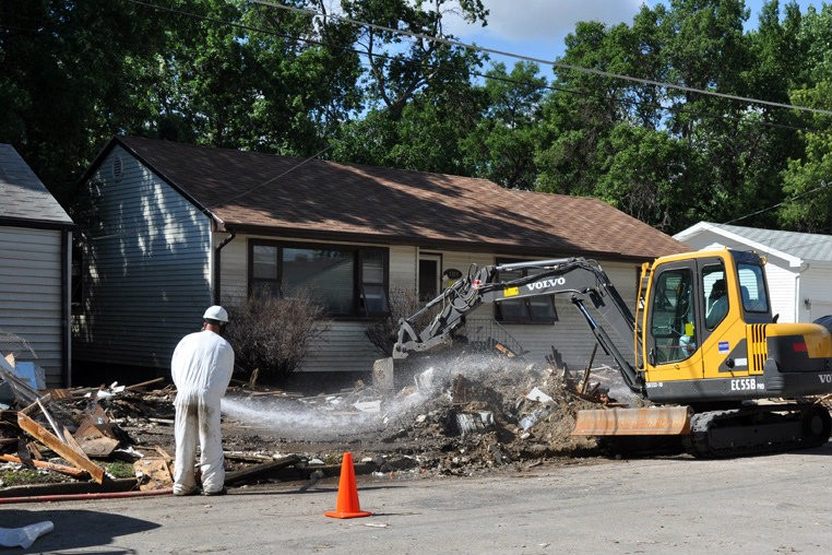 EPA worker helps to clear asbestos from demolition (Photo: usacehq/Flickr)