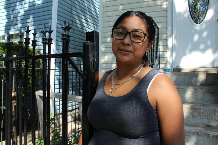 Lorena De La Cruz is motivated to complete the census to bring resources to her community in Back of the Yards. (Photo: Alexandra Arriaga)