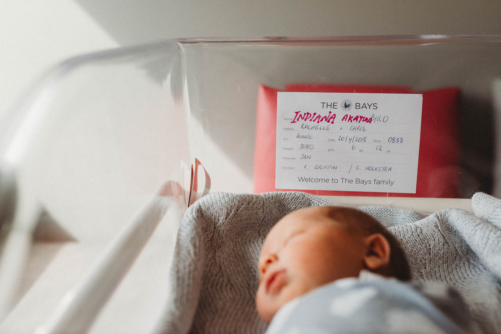 newborn-in-bassinet-at-hospital-with-namecard-melbourne-newborn-photographer
