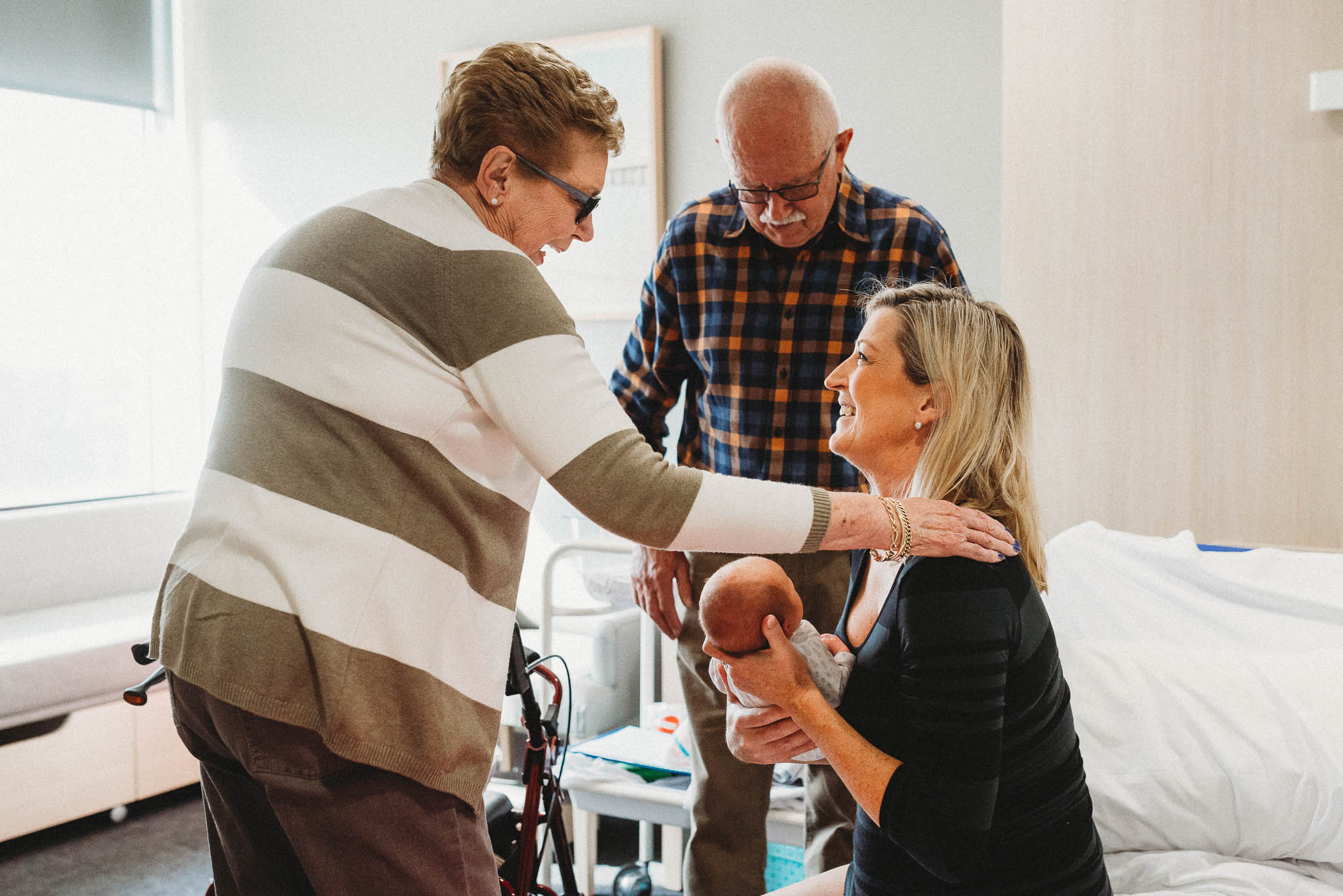 grandparents-meeting-newborn-at-hospital-in-melbourne