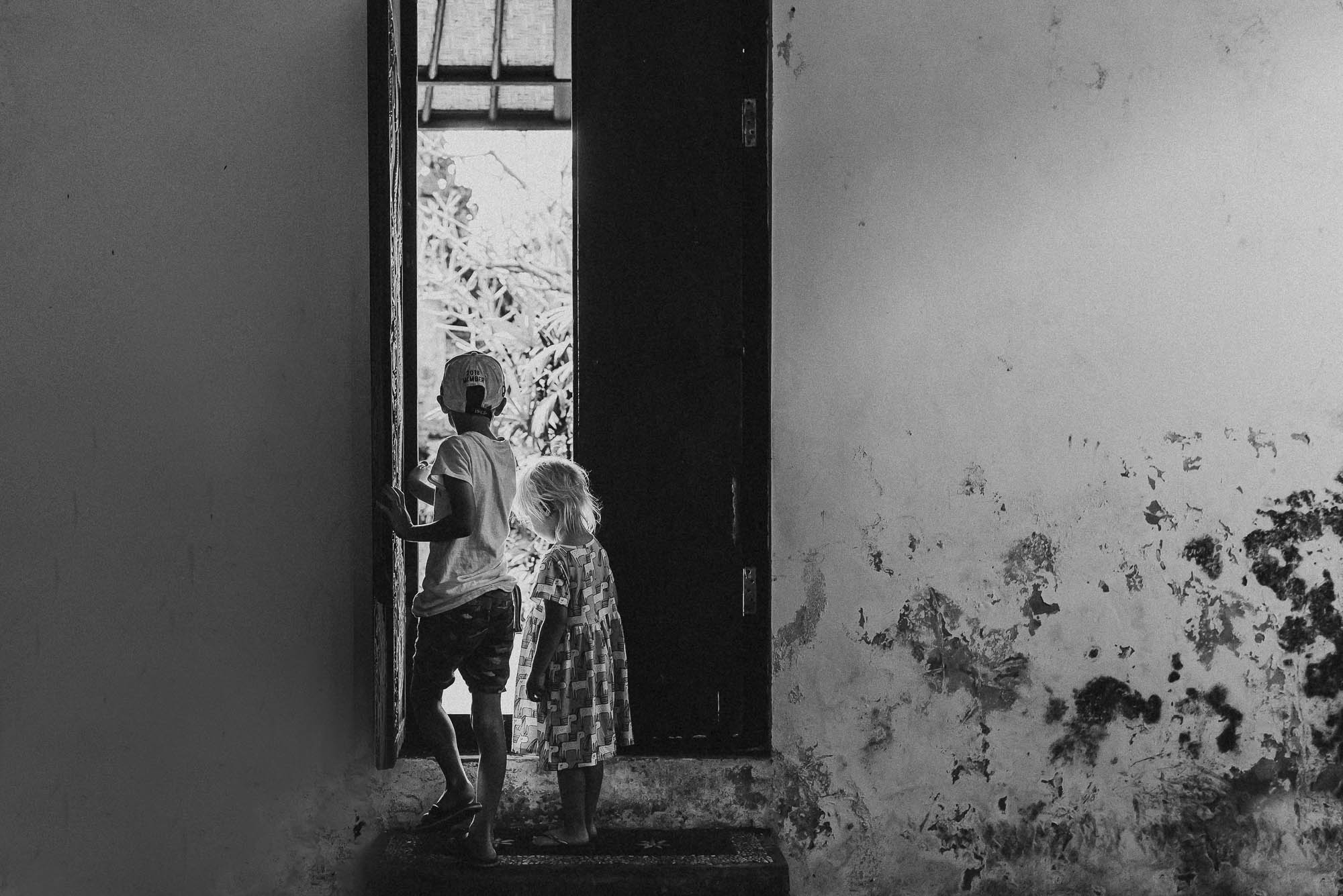 melbourne_family_photographer_black_and_white_image_of_children_in_doorway.jpg
