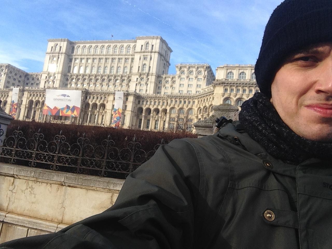 På tredje forsøk fant jeg endelig det berømte Parlamentpalasset, en av de massive bygningene som står igjen etter Ceaucescus styre.