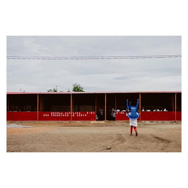 Angola 2017. Levar a cadeira para a Escola.