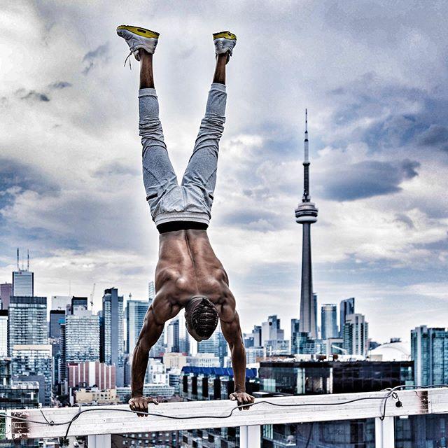 On the edge with @soooconrad  #calisthenics #handstand #ontheedge #streetsoftoronto #toronto #cntower #goraptors #the6ix #strong #balance #yoga #fitness