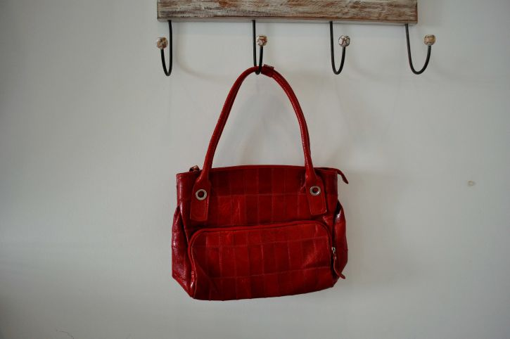 woman-red-handbag-725x482.jpg