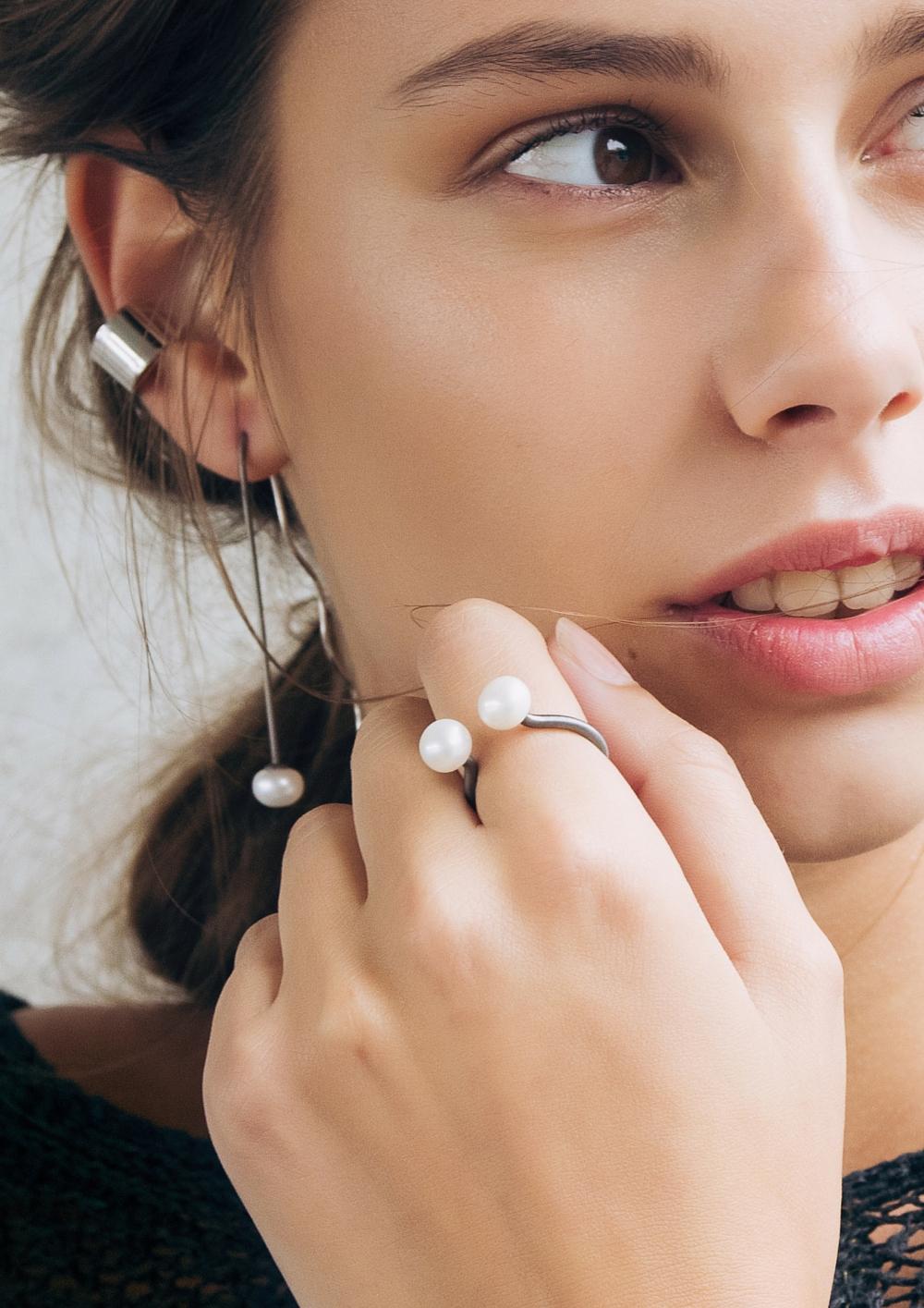 Dutch-Basics_SS16_Ear-cuff-Silver_Model-three_Just-Fashion.jpg