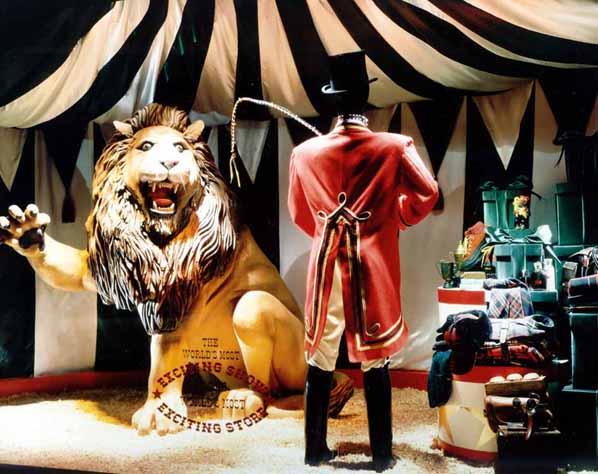 10.macy's circus wndw.jpg