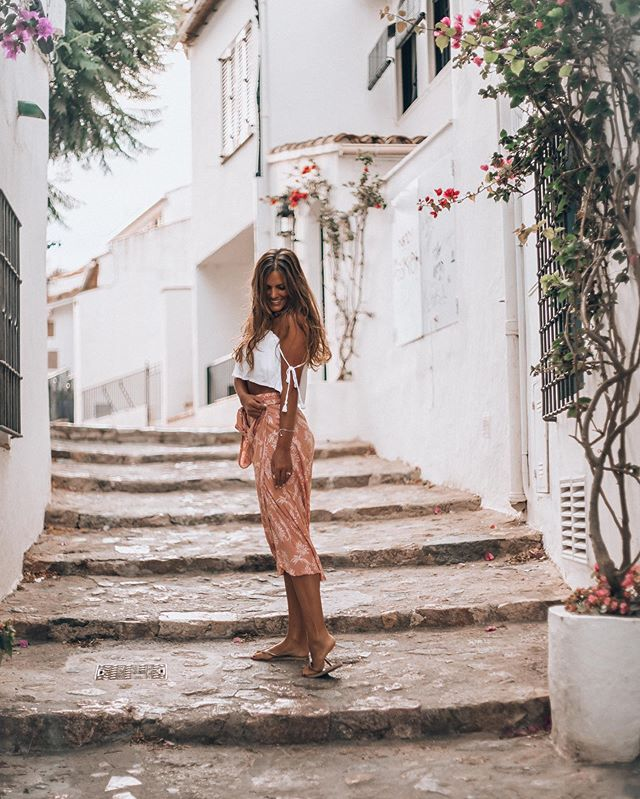 New year, new photo, same street. 🌻🍃🐝 my favourite little street. What's yours? • • @beachgoldbali #costabravalover #colorscostabrava #gironacostabrava #instacostabrava #bloggerlifestyle #travelpassport #traveldeeper #wearetravelgirls #travelgirlshub #travelgirlsgo