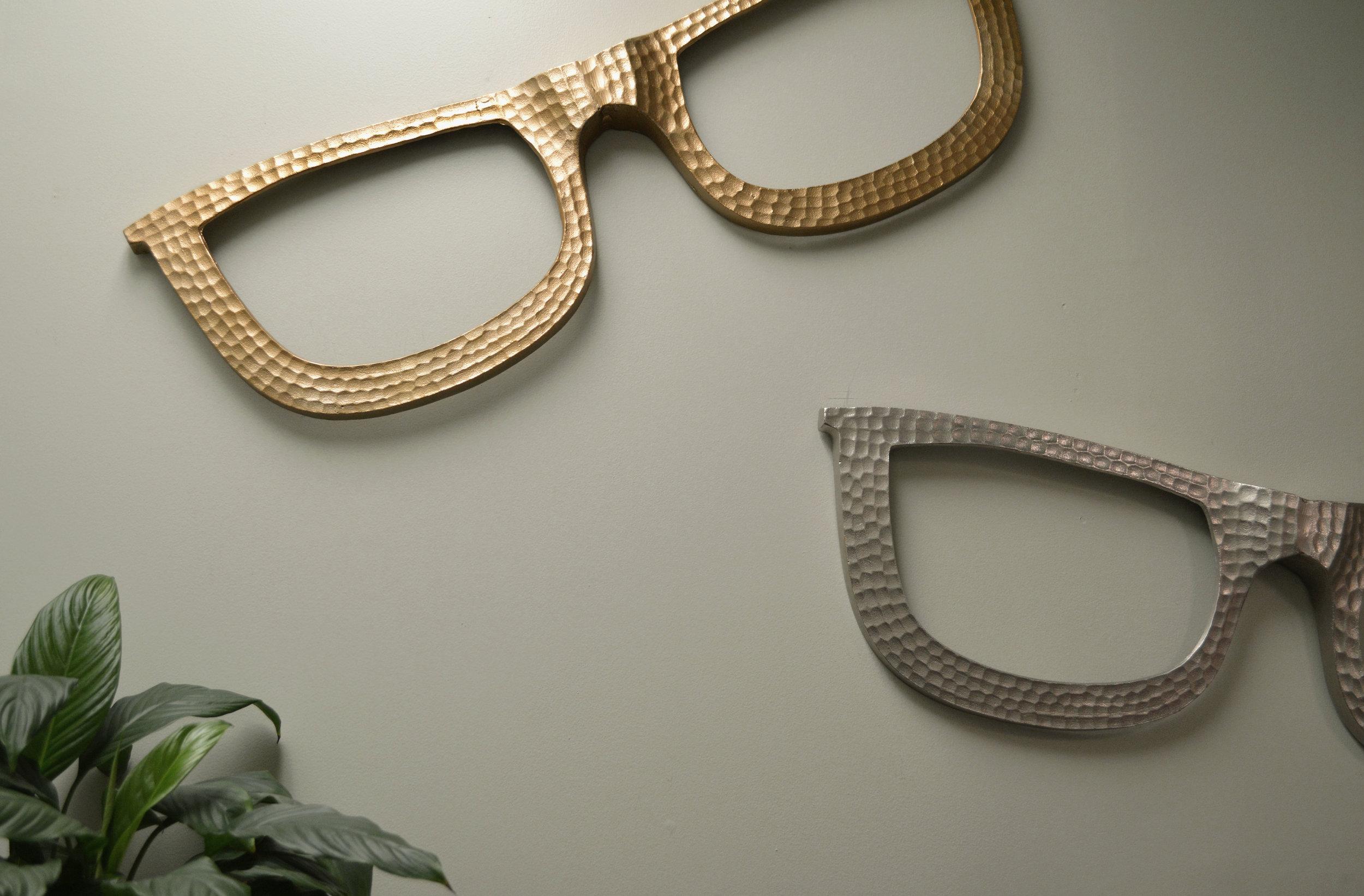 bella_wall_glasses2.jpg