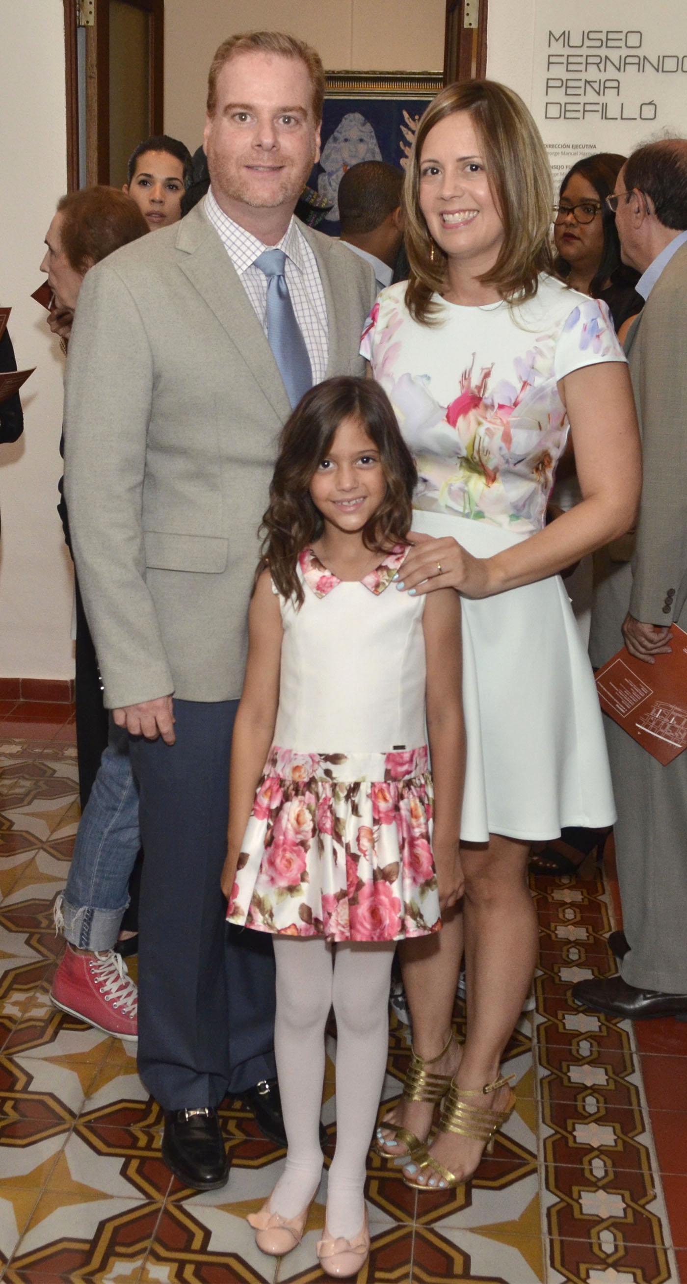 Foto 2 Javier Peña Defilló y Alicia de Peña junto a su hija Marcela Peña.jpg