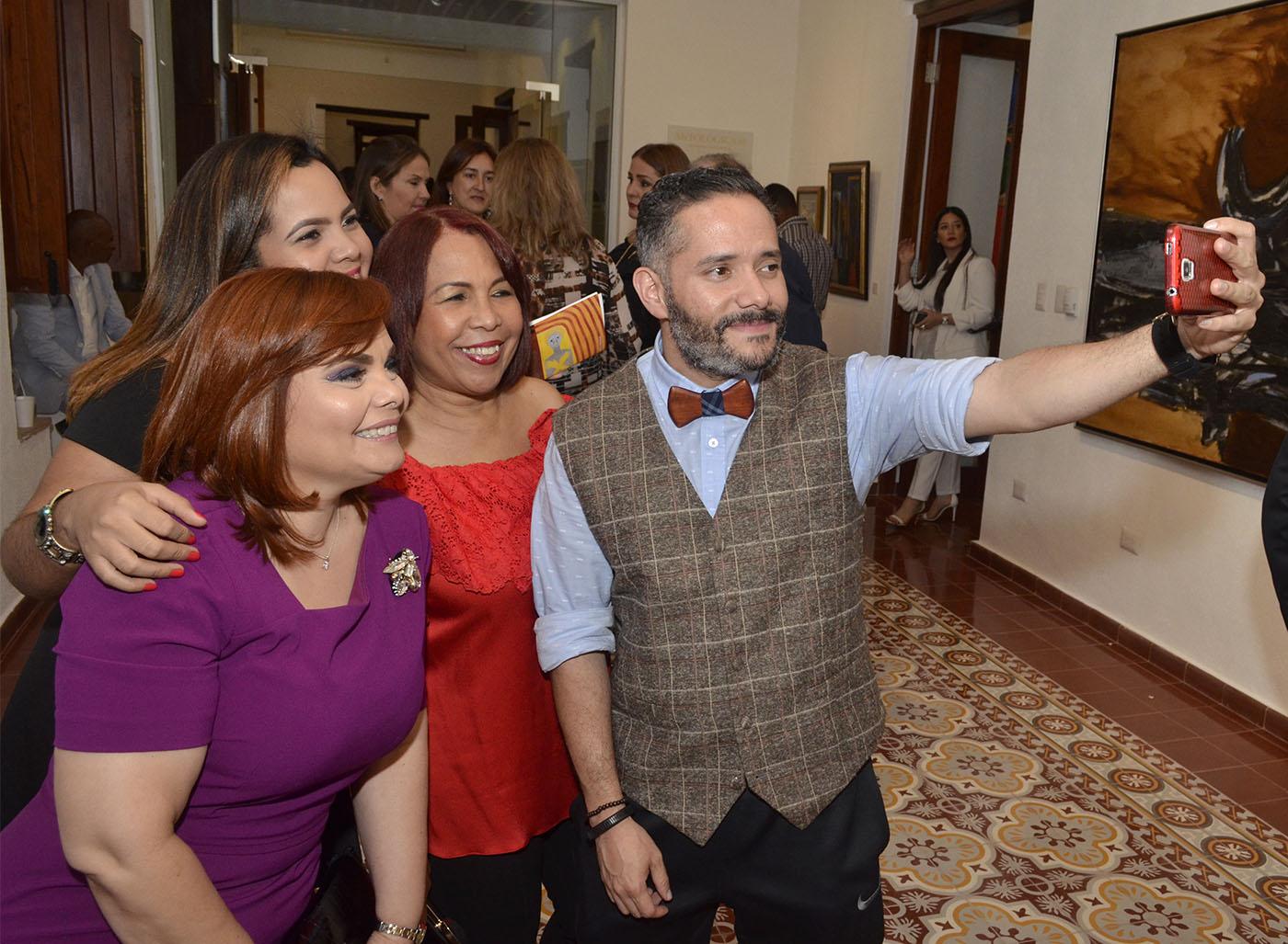 Selfie Pavel Núñez junto a Rommy Grullón, Marielle Araujo y Zoila Puello