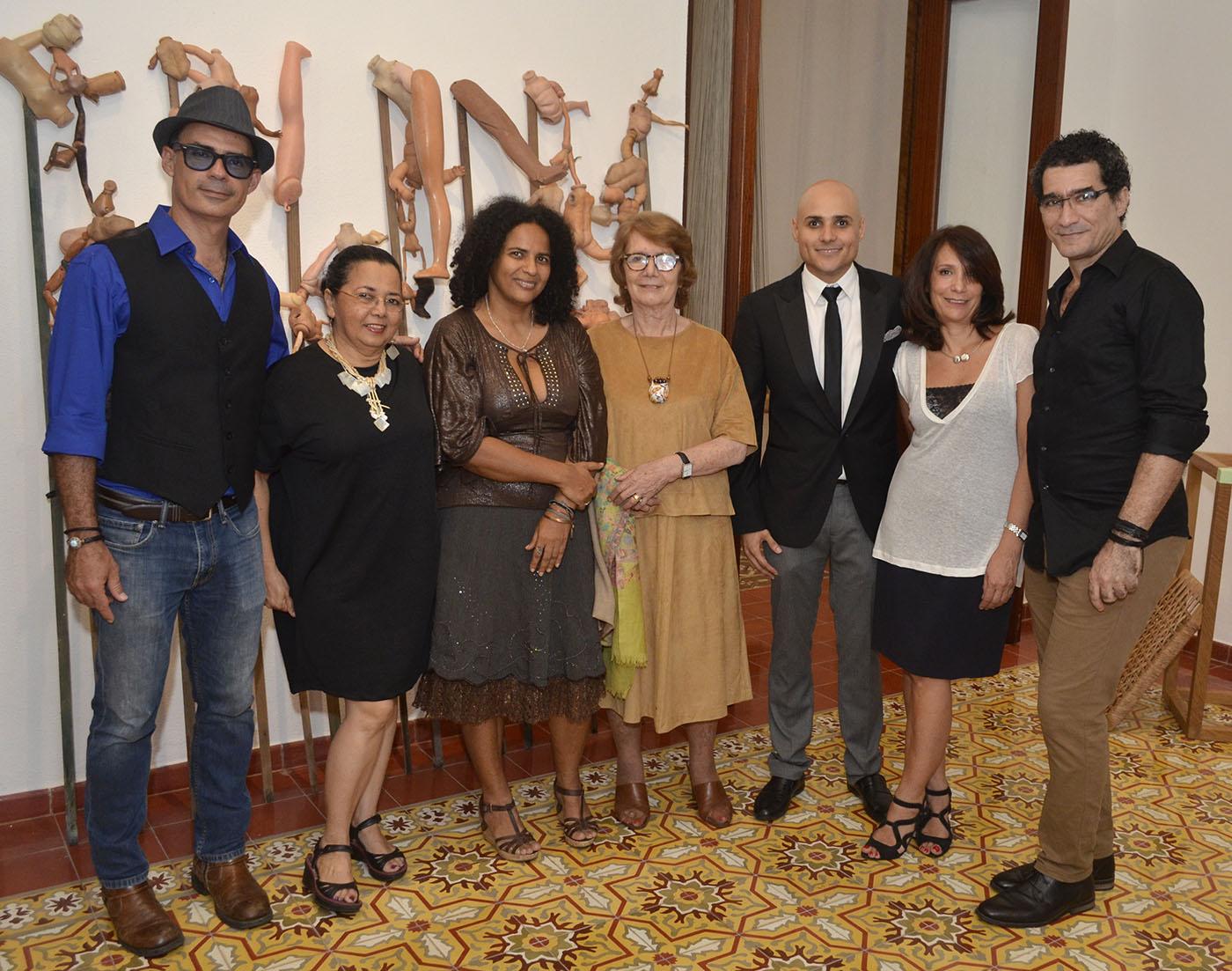 Algunos de los artistas de la exposición junto a la curadora y el coordinador general del MFPD