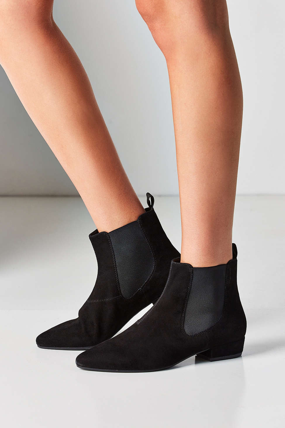 Yes, its bootie season! Chelsea boots are back once again this year so if you didn't invest in a pair last year, then you should definitely this year. This pair is my absolute favourite because its suede, which gives it a softer look allowing you to match it with a lot more outfits.