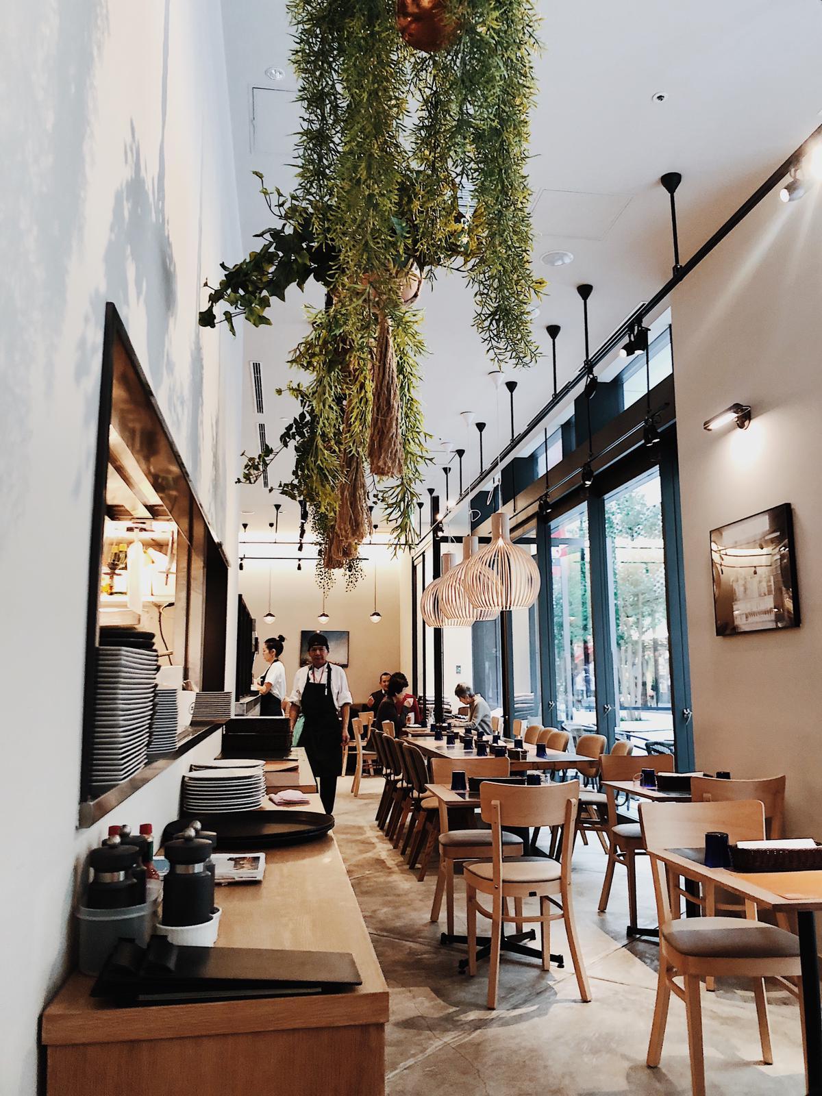 """- BRUNCH:ブランチ、朝食と昼食を兼ね備えた食事、または遅い朝食のこと。オーストラリアの週末では、日常的な習慣としても知られています。このレストラン素晴らしい数々のアイデアは、""""閃き""""と""""情熱""""から全てが始まりました。その""""情熱""""とは、まさに『食』。食の多様性が評価され、世界中で共有されるべきであるというのが、私達の願いでもあり、私達の『哲学』でもあります。2015年、ミンとエディーは、シドニーのとあるカフェでブランチで初めて出会いました。意気投合した2人は、その後何度もブランチミーティングを重ね、『食』に対する情熱を語り合いました。2人のインスピレーションは、今まで味わってきた食べ物、出会ってきた人々、そして『ホーム』であるオーストラリアから来たものです。アイディアが花開き、会話が流れ、2人の営み育んできたオーストラリアでの文化を、日本に再現すべく、特別に作られた料理がここ、『日本橋 高島屋』に集められました。『すべての人々が自信の情熱によって動かされるべきだ』と彼らは言います。N2 Brunch Clubで、是非美味しい食事と楽しいひとときをお過ごしください。"""