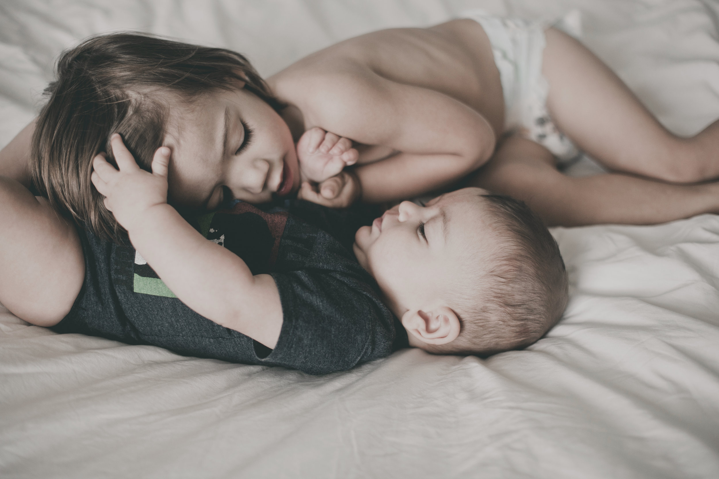 © duston-todd-lifestyle-siblings-cuddling-home.jpg