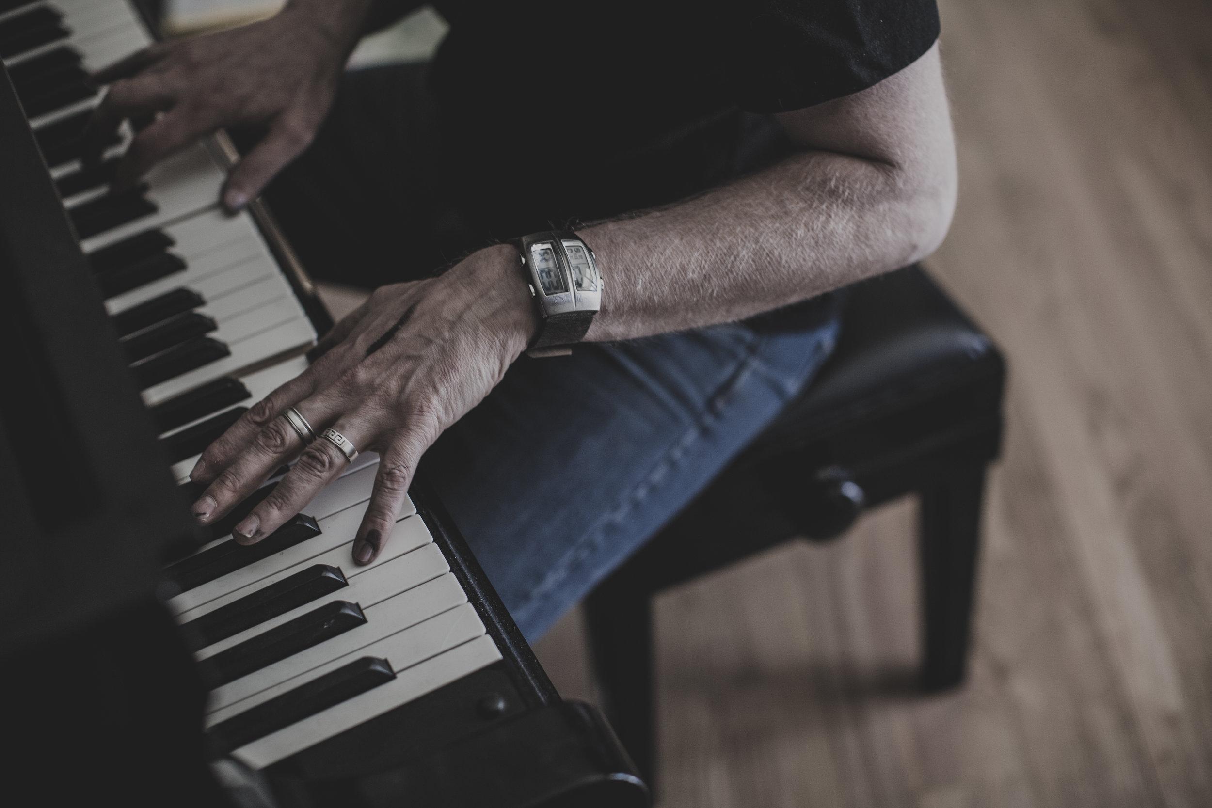 © duston-todd-portrait-artist-painter-piano.jpg