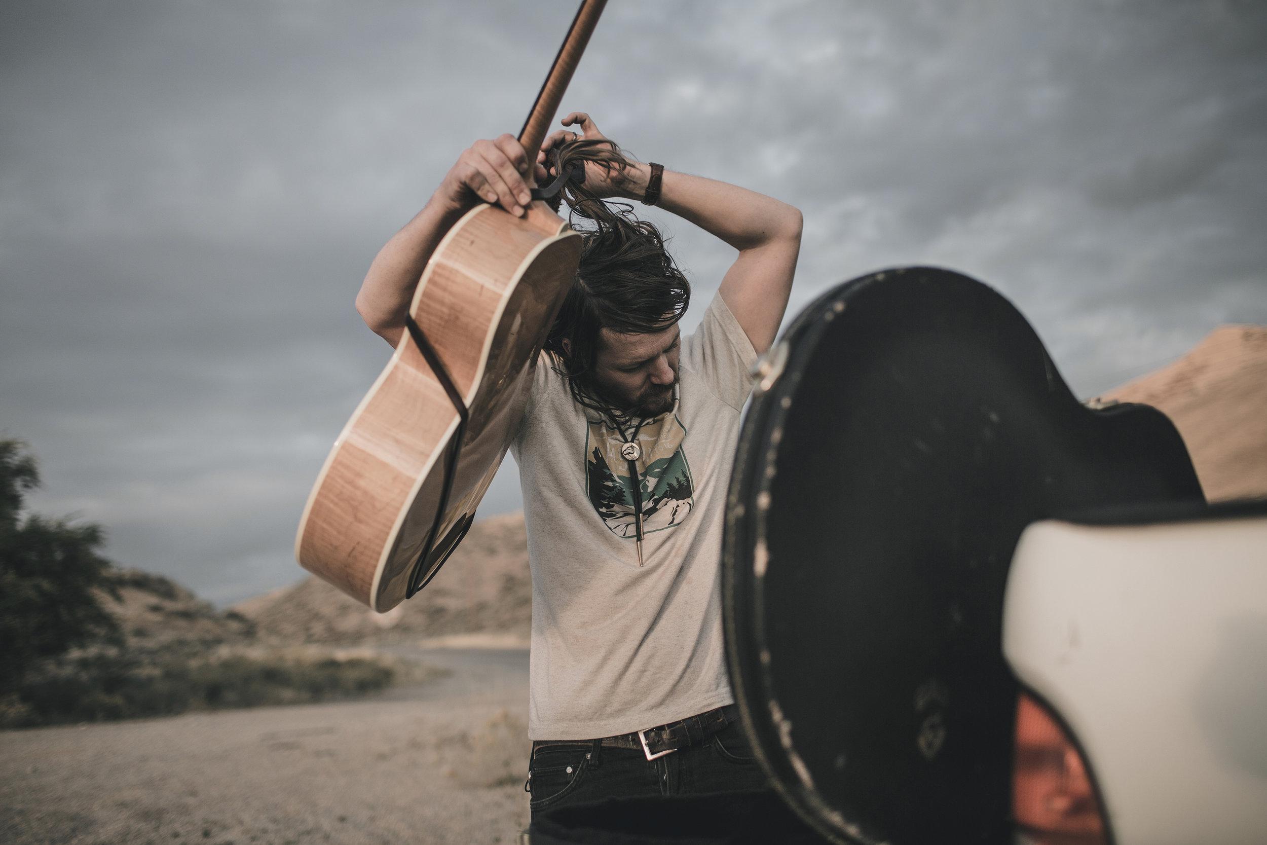 © duston–todd–country-cowboy–guitar-grey-sky-17.jpg