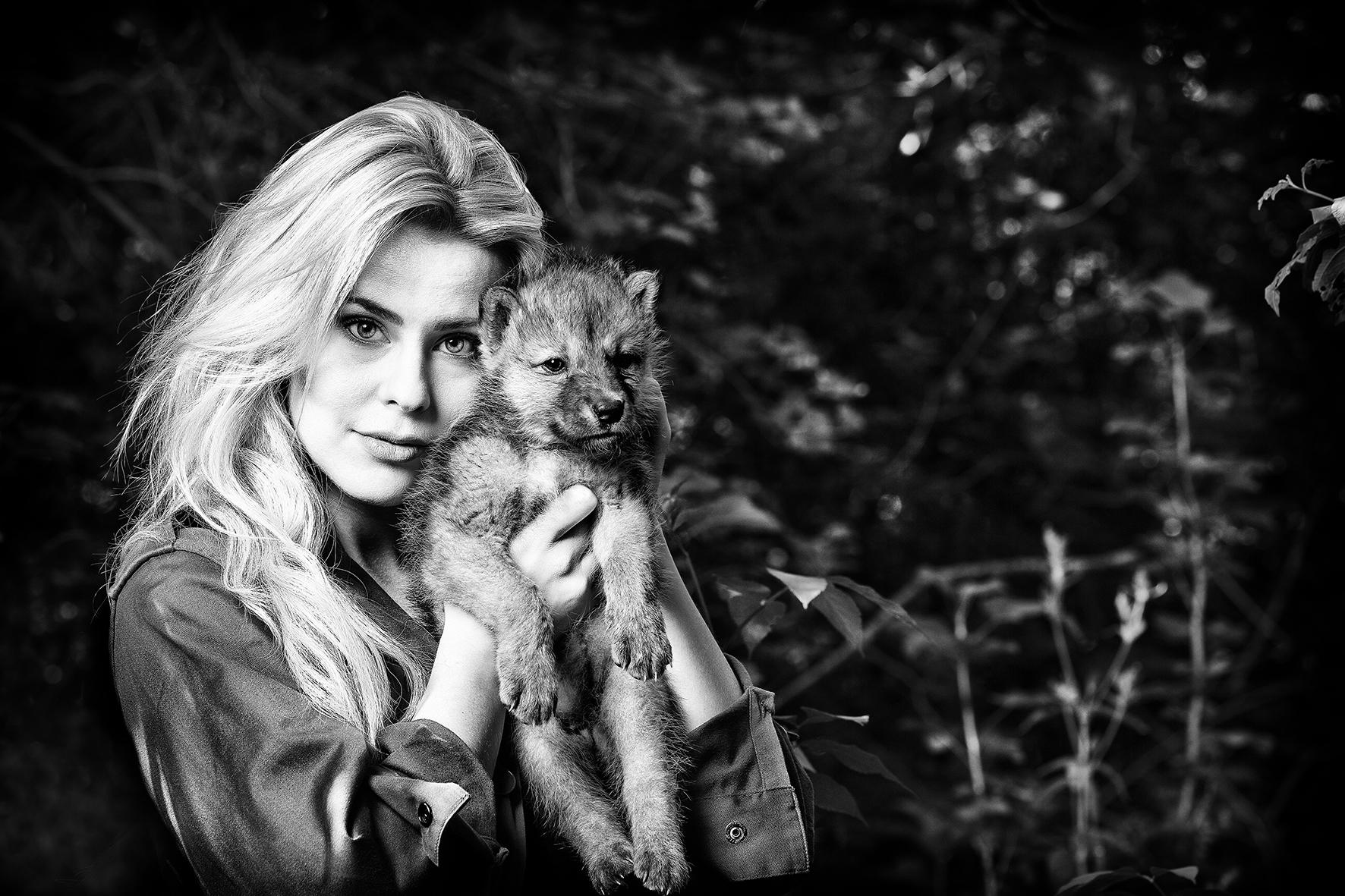 Dutch presentarice Celine Huijsmans with a rare Hudson Bay wolf cub. Visagie Eline van Zwol Assistant Tim van der Made Thanks to DoeZoo Leens and Park Oikos